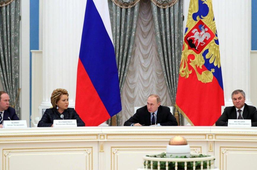 Путин попросил парламентариев бережно относиться к изменению законов