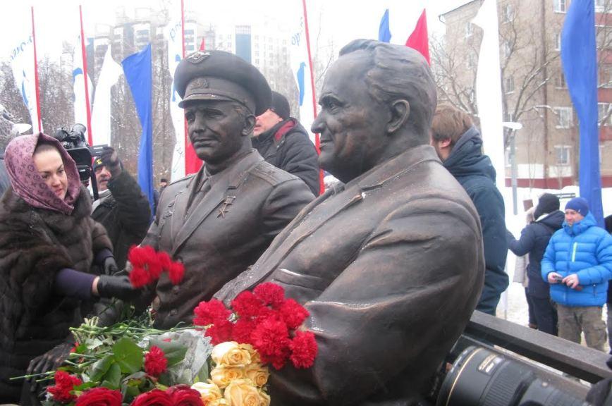 Памятник и мемориальную доску открыли Королёву в день его 110-летия