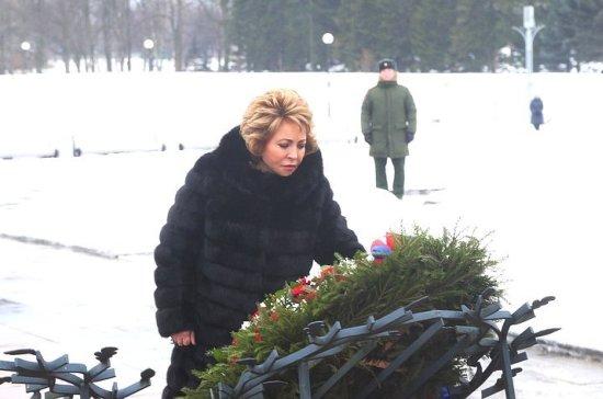 Валентина Матвиенко возложила цветы на Пискаревском кладбище