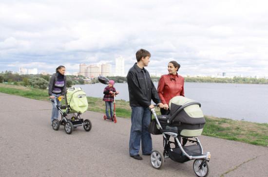 Медведев призвал искать новые способы поддержки семей