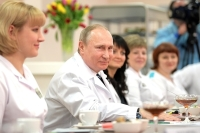 Зарплата врачей в 2018 году будет в два раза выше средней по региону, уверен Путин