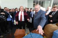Зюганов подарил Жириновскому правильный мёд