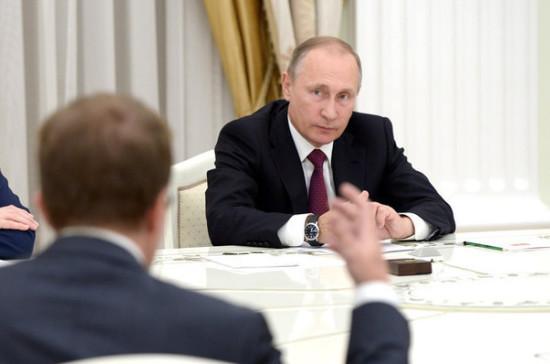 Путин поручил решить проблему справовым статусом школьных медсотрудников
