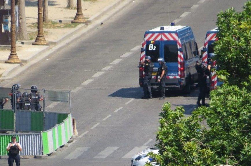 Машина протаранила фургон милиции  вцентре Парижа