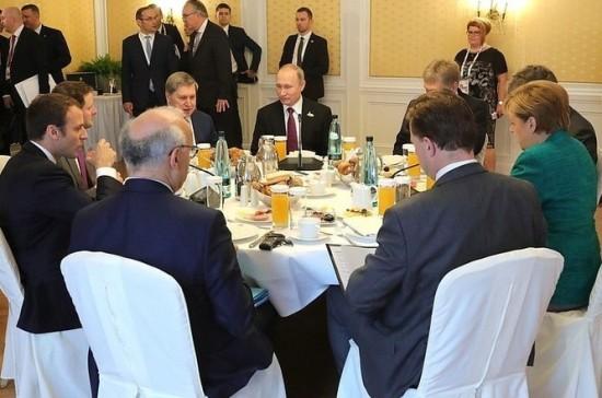 Путин, Меркель иМакрон совместно позавтракали заработой