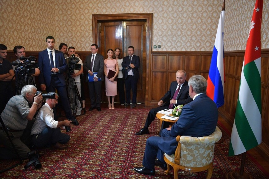 В НАТО выразили сожаление в связи с визитом Путина в Абхазию
