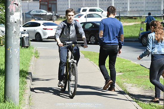 Почему велосипедист выбирает тротуар?