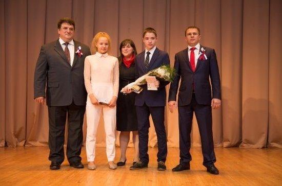 Депутат Романов вручил первые паспорта школьникам Фрунзенского района в День флага