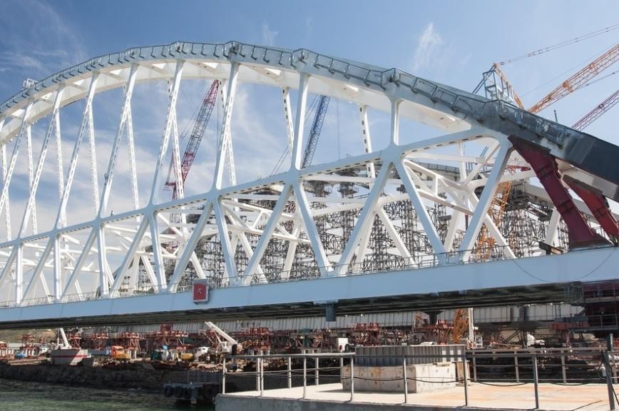 Опубликовано видео установки железнодорожной арки моста в Крым