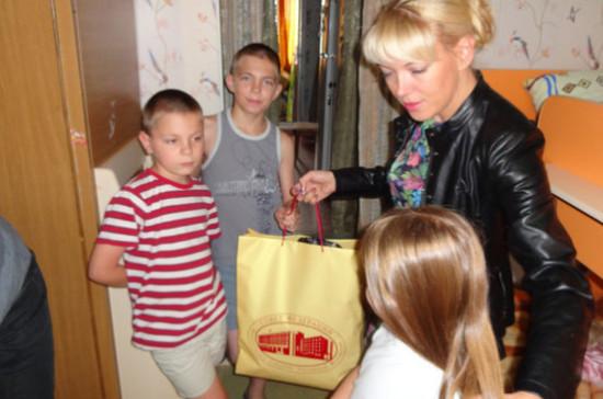 Сенатор Лукин помог отцу-одиночке собрать детей в школу