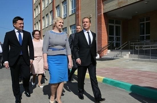 Медведев в День знаний посетил новую школу в Подольске