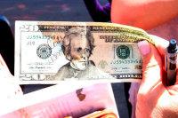 Доллар может упасть до 56 рублей к концу года, полагает эксперт