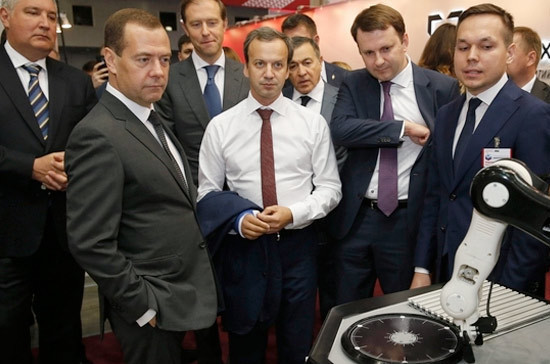 Медведеву подарили российский телефон на выставке по импортозамещению
