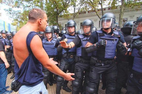 В Одессе происходят новые столкновения боевиков с полицией