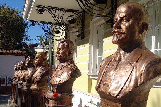 В Москве теперь можно сделать селфи со всеми вождями страны