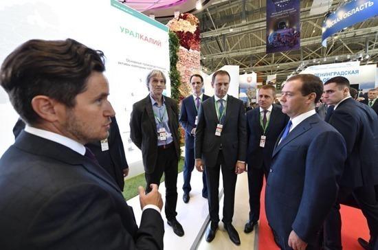 Дмитрий Медведев посетил стенд компании «УРАЛХИМ» на выставке «Золотая осень»