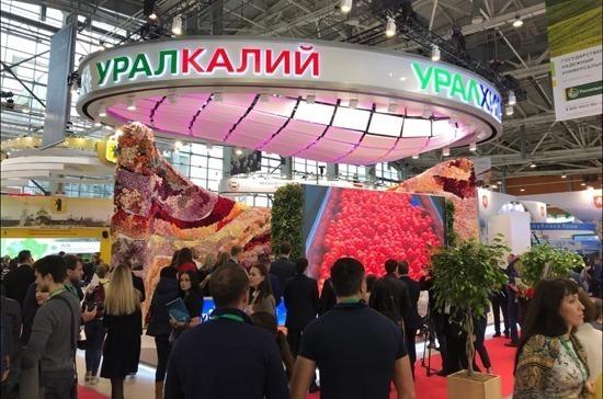Д. Медведев посетил стенд компаний «Уралкалий» и«Уралхим» навыставке «Золотая осень»