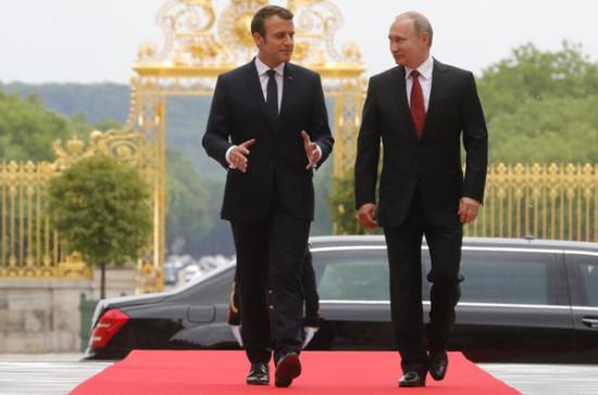 Вопрос участия президента Франции в ПМЭФ в 2018 году прорабатывается, заявил Песков