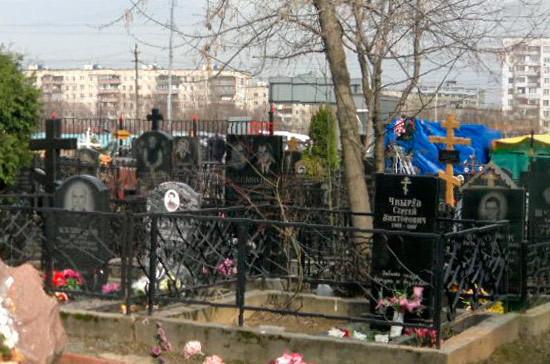 Сенатор предложил выделять спецучастки для воинских захоронений на российских кладбищах