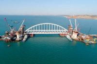 Началась установка автомобильной арки моста в Крым