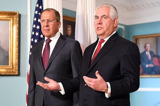 Лавров в разговоре с Тиллерсоном выразил протест из-за сорванных в США флагов России