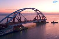 Строители подняли автодорожную арку Крымского моста на тросы