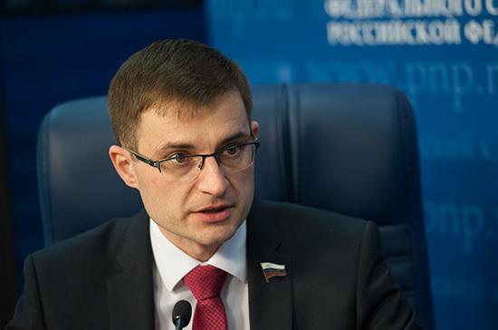 Сенатор Шатохин назвал странным предложение разрешить россиянам самим рубить ёлки