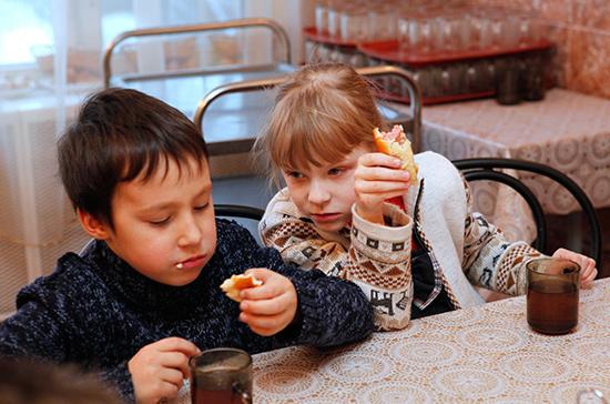 В рационе российских школьников не хватает белков, овощей и фруктов, заявил эксперт