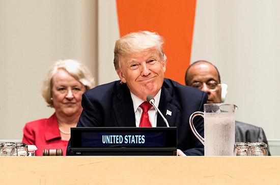 Трампа забросали в конгрессе США российскими флажками
