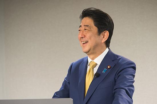 Премьер Японии не стал менять состав правительства после переизбрания