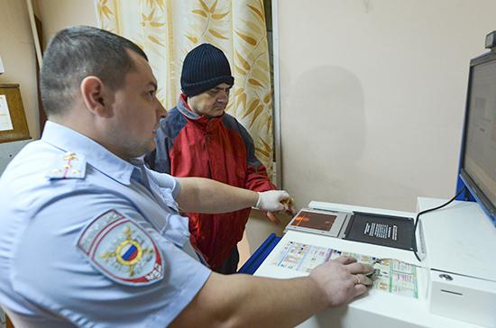 Безвизовых иностранцев в России ожидает дактилоскопия
