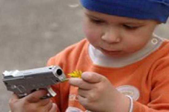 В Иркутской области погиб трёхлетний ребёнок, играя с оружием