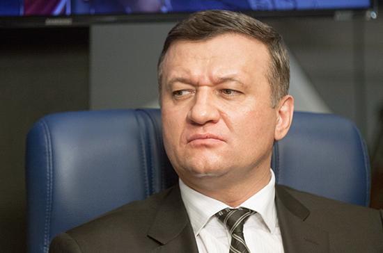 Закон о признании безвестно отсутствующими неплательщиков алиментов нужно поддержать, заявил Савельев