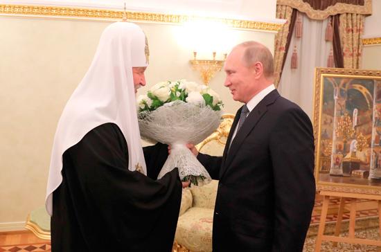 Путин подарил патриарху Кириллу надень рождения картину «Успенский храм Кремля»