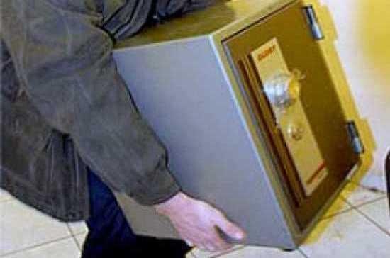Житель Калуги украл сейф с крупной суммой денег из автосервиса