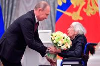 Путин вручил Госпремию правозащитнице Людмиле Алексеевой