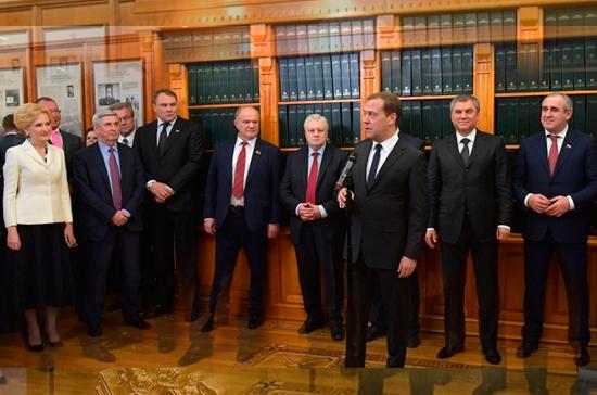 Медведев поблагодарил Госдуму за принятие бюджета и «демографического пакета»