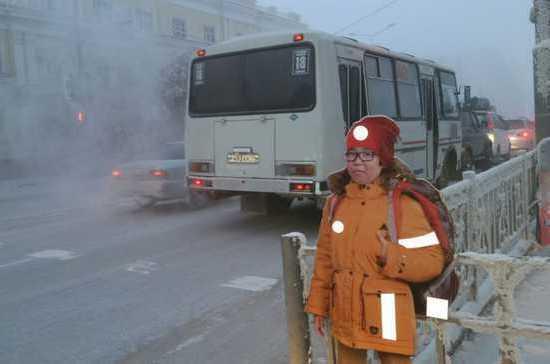 На трассах Якутска поставили манекены школьников