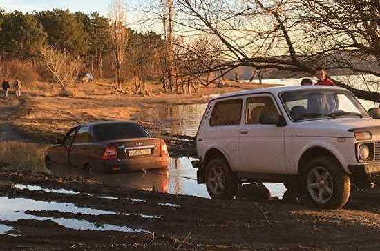В Крыму автомобиль утонул в луже с водой