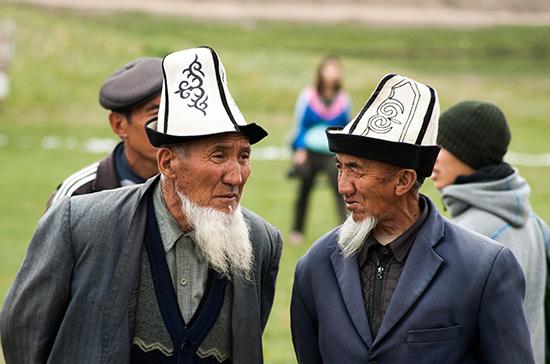 ВКиргизии задумали обязать чиновников носить белые колпаки