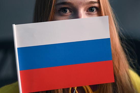 Житель Украины схвачен вКрыму занадругательство над гербом ифлагомРФ