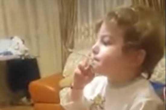 Полиция Северной Осетии нашла родителей 2-летнего ребёнка, курящего сигарету на видео