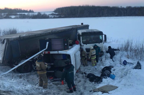 В Башкирии при ДТП с фурой погибли 9 человек