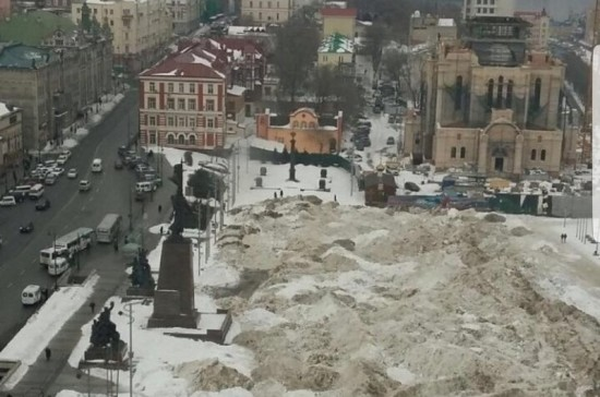Прокуратура проверит законность складирования снега на центральную площадь Владивостока