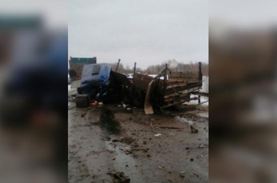 Грузовой автомобиль иавтобус столкнулись вТомской области: два человека погибли