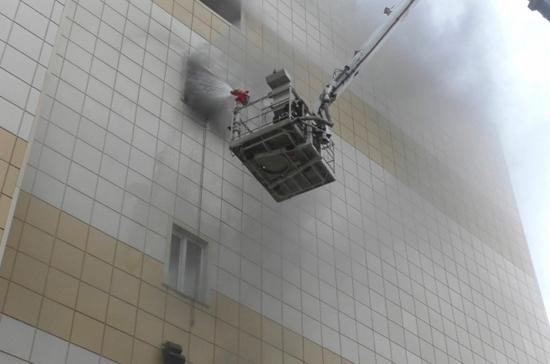 Число жертв впожаре вТЦ вКемерово возросло до64 человек