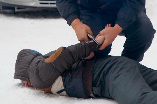 В Саратовской области остановленный пьяный водитель ударил сотрудника ДПС ножом в шею
