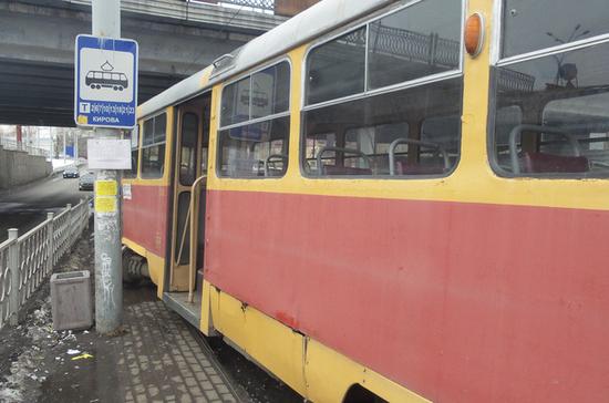 В Екатеринбурге трамвай сошёл с рельсов и наехал на остановку