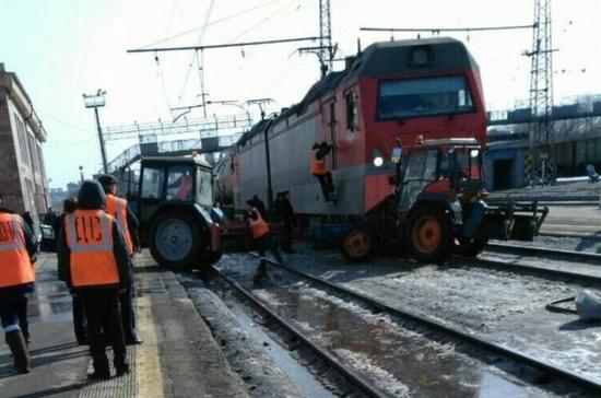 В Перми электровоз протаранил трактор напротив железнодорожного вокзала