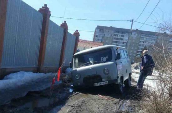 В Саратове скорая помощь, спешащая на вызов, провалилась в яму на дороге